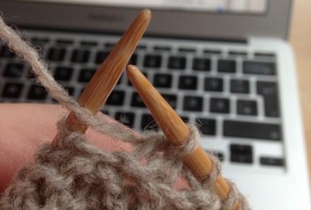 Borte anstricken - letzte Masche Borte und erste Masche Strickstück rechts zusammen stricken