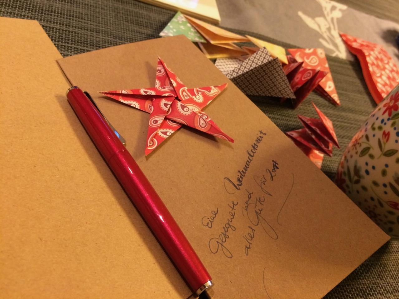 Weihnachtspost, handgeschrieben mit einem schönen Lamy Studio Füller und mit Origamisternen verziehrt
