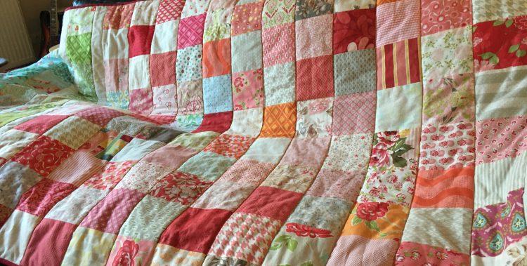 Charm Pack Quilt in voller Größe auf dem Sofa